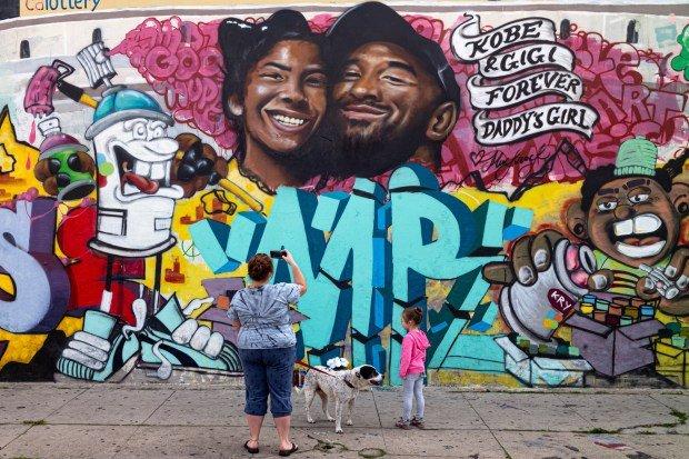 Grafitti en memoria de Kobe y su hija
